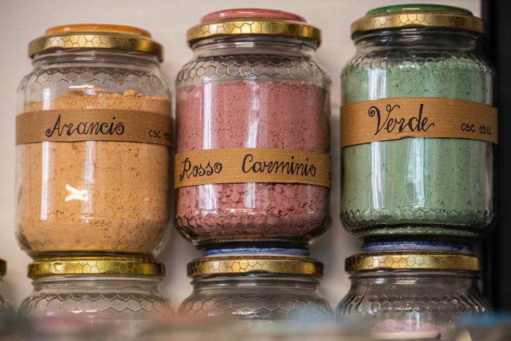 barattoli-colore-polvere