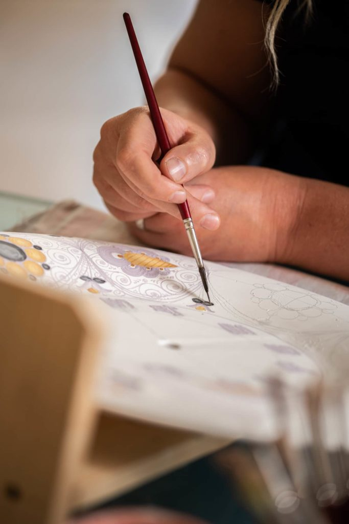 colorazione-pennello-maiolica-dettaglio