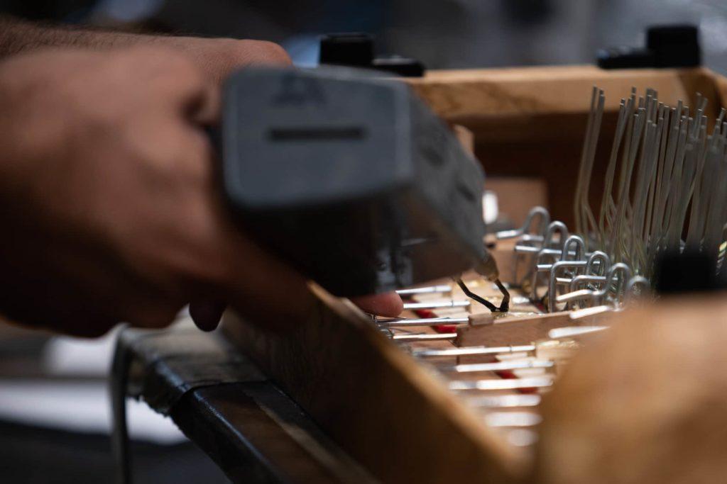 dettaglio colla a caldo fisarmonica fismen fotografo artigiani