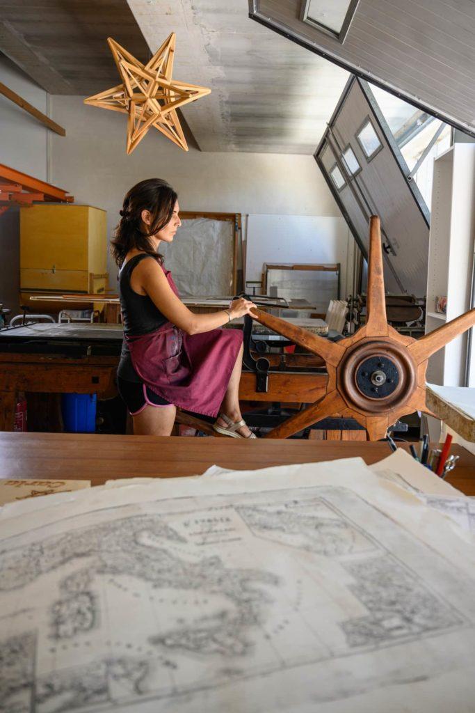 carla lumintati durante la lavorazione nella sua stamperia ripresa da fotografo artigiani
